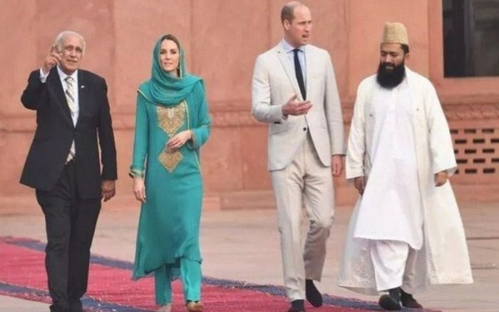 Royal couple visited badshahi mosque in lahore