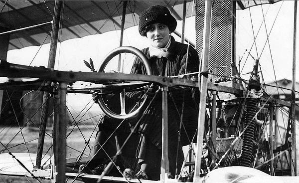 Raymonde de Laroche: First female licensed pilot